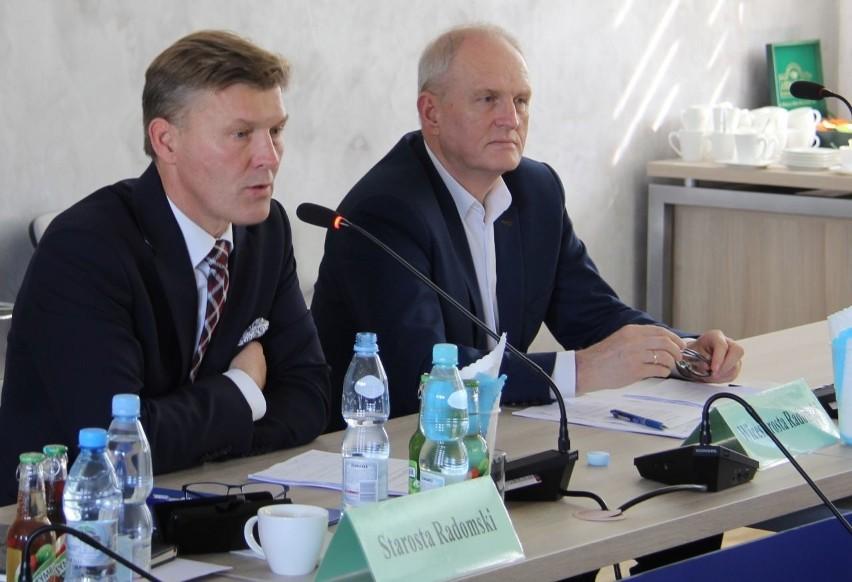 Waldemar Trelka, starosta powiatu radomskiego (z lewej) podkreślał korzyści, które osiągnie Radom w przypadku wydzielenia Warszawy z województwa mazowieckiego.