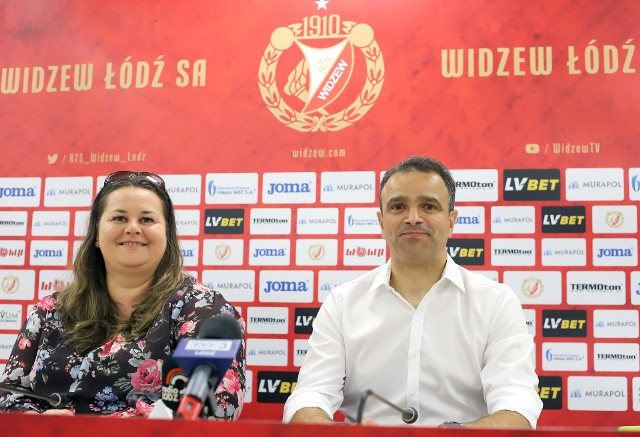 Prezes Martyna Pajączek przedstawia nowego trenera Widzewa Enkeleida Dobiego