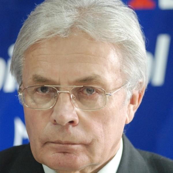 Jan Szafraniec jest  z wykształcenia psychiatrą, w poprzedniej kadencji był senatorem Ligii Polskich Rodzin.