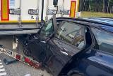 Wypadek na A1. Rozpędzony samochód wbił się pod TIRa. Odcinek autostrady Woźniki - Ożarowice został zamknięty