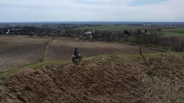 Wyczyny motocyklisty piętnował portal Krajobrazy Ponidzia