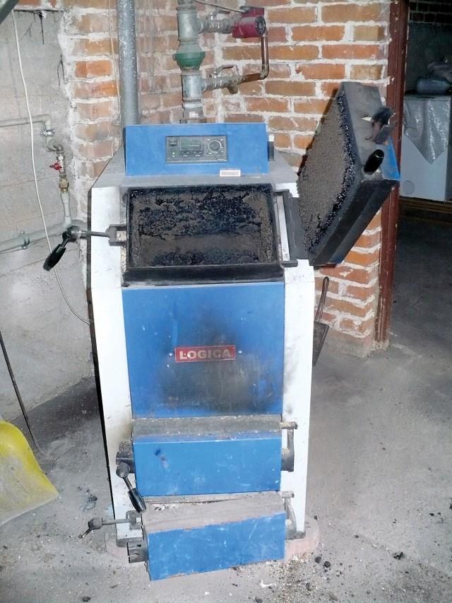 Wymiana starego kotła na paliwo stałe nie wystarczy - by otrzymać dotację, trzeba będzie bardziej się postarać i wymienić również np. drzwi czy stare okna.