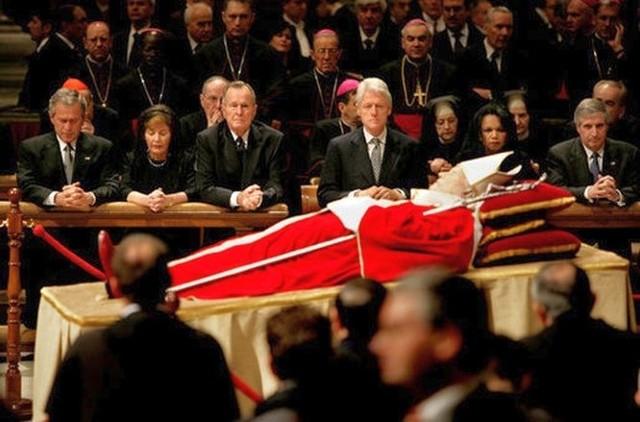 Ciało Jana Pawła II, wystawione w Bazylice św. Piotra; w tle widać prezydentów USA: George'a W. Busha (z żoną Laurą), George'a H. W. Busha i Billa Clintona oraz sekretarz stanu Condoleezzę Rice i Andy'ego Carda