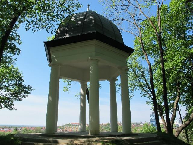W piątek pracownicy magistratu w Gorzowie usunęli bohomazy wandali z Parku Siemiradzkiego, w którym kilka miesięcy temu zakończyła się rewitalizacja.
