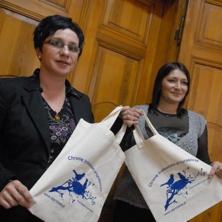 Joanna Schmidt i Monika Stępień chwalą sobie torby ekologiczne. - Nie dość, że chronią środowisko, to jeszcze są wielokrotnego użytku - mówią obie panie.