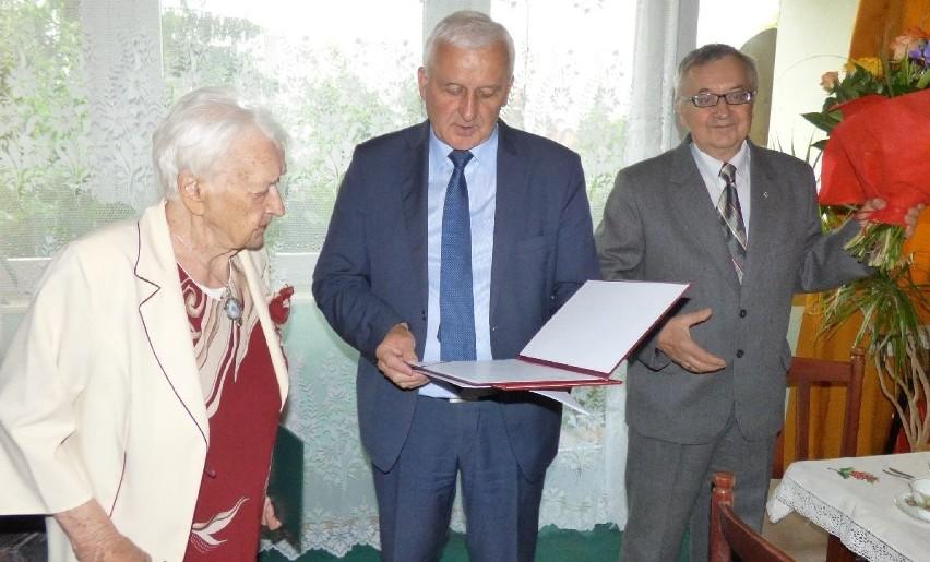 """""""200 lat!"""" dla pani Feliksy. Jubilatka z Buska-Zdroju zaliczyła """"setkę"""" w rewelacyjnej formie"""