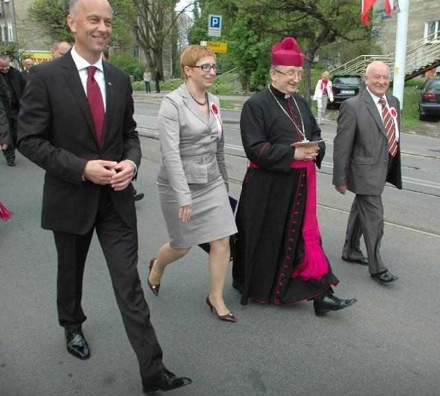 W przemarszu z katedry do filharmonii wzięli udział m.in. (od lewej): wojewoda Marcin Jabłoński, poseł Krystyna Sibińska, biskup Stefan Regmunt i wiceprezydent Gorzowa Stefan Sejwa.