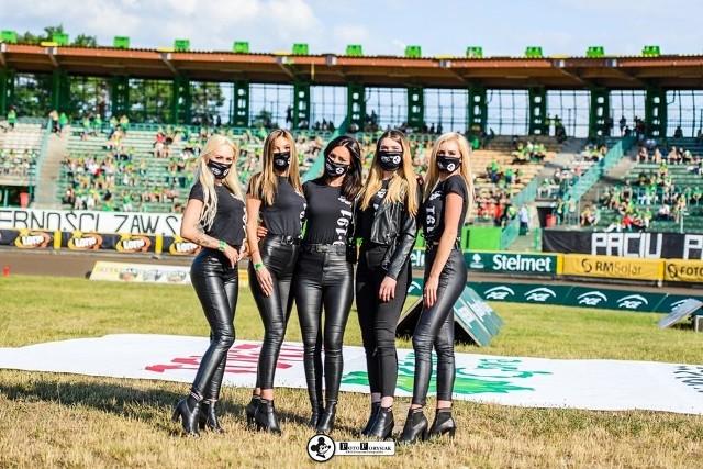 Mecze żużlowe bez atrakcyjnych dziewczyn na starcie? To niemożliwe, nawet w czasach pandemii koronawirusa. W maseczkach na twarzy, ale piękne podprowadzające wciąż współtworzą widowiska w PGE Ekstralidze. Jak w tym wyjątkowym sezonie żużlowym prezentują się dziewczyny z grupy F16 Falubaz Girls? Obejrzyjcie w galerii zdjęć >>>>