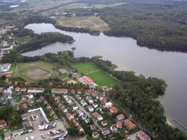 Koronnym argumentem za poszerzeniem granic Szczecinka jest jezioro Trzesiecko. Miasto chce, by akwen w całości leżał w jego granicach administracyjnych. Zdaniem samorządowców pozwoli to m.in. na rozwój turystyki i uratowanie jeziora przed degradacją biologiczną.
