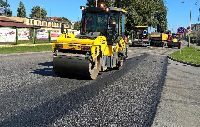 Drogowcy będą wylewali asfalt na odcinku drogi powiatowej Łopatki-Książki,