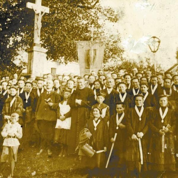 Ksiądz Karol Lange ze Strzelec Opolskich wśród członkiń Kongregacji Mariańskiej. Nie miał zegarka, więc Sowieci zakłuli go bagnetami.