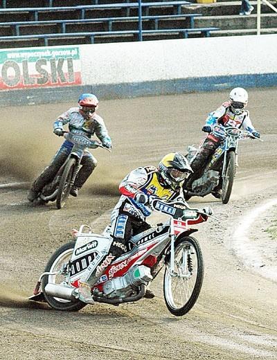 Piąty wyścig zakończył się pewnym zwycięstwem Adriana Miedzińskiego. Za zawodnikiem Adriany jadą: Mateusz Szczepaniak (z lewej, za chwilę upadnie) i Mirosław Jabłoński.