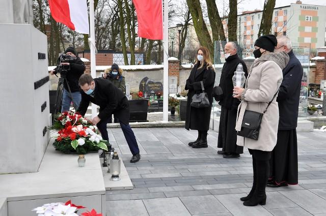 Kwiaty pod pomnikiem składają przedstawiciele władz Szubina