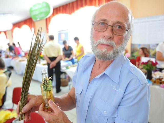Kazimierz Czaban z Nowej Sarzyny prezentuje zasuszoną, aromatyzowaną trawę żubrówkową. Roślina ta rośnie w jego ogrodzie. Zbiory rozpoczynają się już w połowie czerwca i trwają nawet do października. - Latem trawa ma soczyście zielony kolor i po wysuszeniu można ją dodawać do alkoholu. Nadaje subtelny smak i aromat oraz kolor - podkreśla Kazimierz.