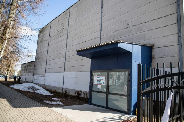 Szpital tymczasowy na hali UMB w Białymstoku oprócz hospitalizacji chorych na COVID-19 pełnił też funkcję masowego punktu szczepień.