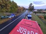 Wypadki Lubuskie. Samochód wypadł z drogi, ściął słup telekomunikacji i uderzył w drzewo! Kierowca uciekł?