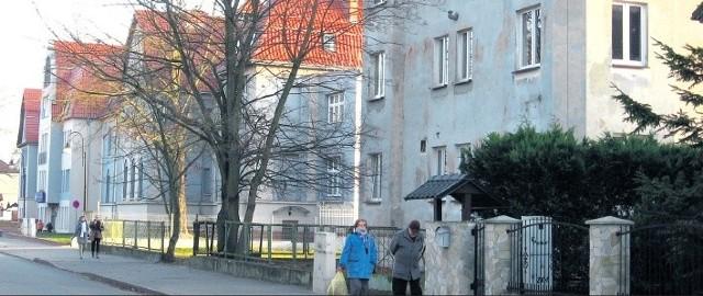 Pierwszy z prawej to budynek laboratorium, a z lewej pozostałe budynki szpitala. Zdaniem jego dyrektorki miasto ma dobrą bazę do świadczenianowych usług.