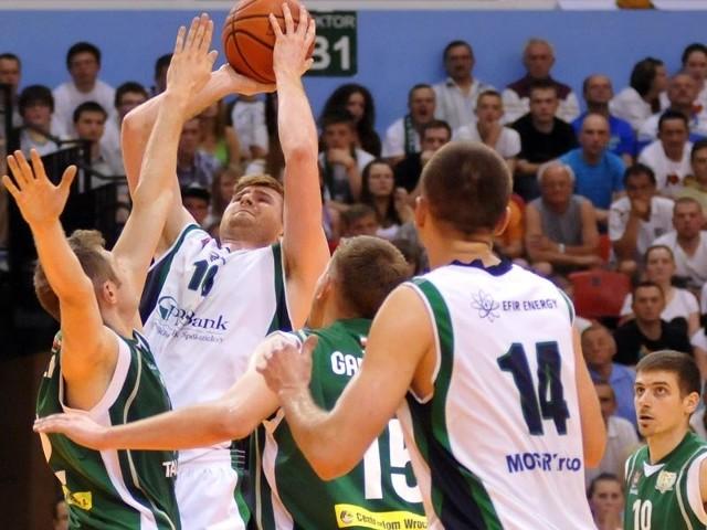 MOSiR Krosno-Śląsk WrocławW trzecim spotkaniu finału PBS Bank Efir Energy MOSiR Krosno przegrał po dogrywce z WKS Śląsk Wrocław 85:93 (22:25, 24:11, 14:21, 16:19, d. 9:17)