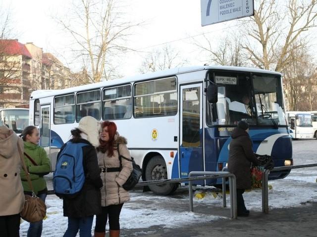 Pasażerowie słupskiego PKS-u skarżą się, że autobusy na dworcu podjeżdżają wyziębione. Prezes firmy twierdzi, że takie sytuacje nie powinny mieć miejsca.
