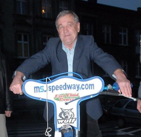 Jerzy Padewski70 lat skończył w zeszły czwartek. Żużlowiec Stali Gorzów w latach 1956-71 i 1973-76. W 1972 r. startował w Starcie Gniezno. Czterokrotny drużynowy mistrz Polski. Uczestnik finałów mistrzostw Polski. W 1968 r. był rezerwowym w finale indywidualnych mistrzostw świata w Goeteborgu. Za swój największy sukces uważa to, że bez kontuzji zakończył sportową karierę.