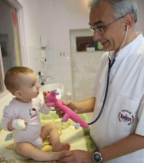 - Gorączki poniżej 38 stopni nie należy zbijać - mówi pediatra Mariusz Polikowski (na zdjęciu z małą pacjentką Mią).