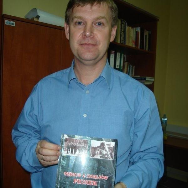 """Marek Wierzbicki z pierwszym tomem książki """"Szkice z dziejów Pionek""""."""