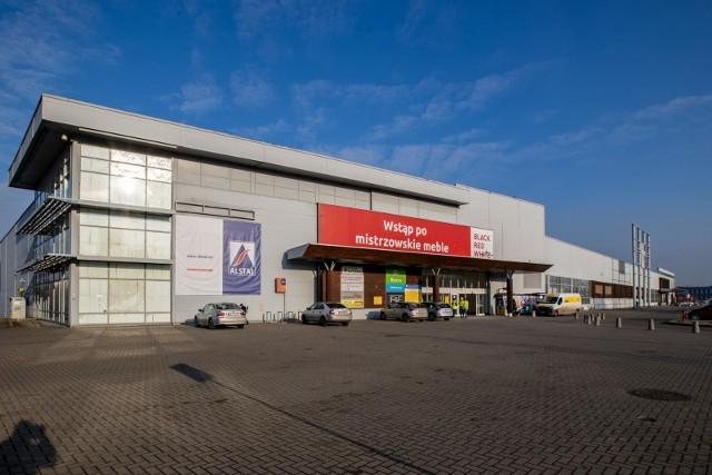 Tu kiedyś mieścił się hipermarket Tesco przy ul. Toruńskiej 101 w Bydgoszczy. Zdjęcie z 1 grudnia 2020.