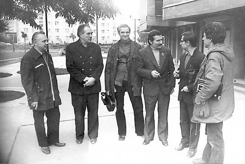 Henryk Lenarciak (drugi z prawej) i Lech Wałęsa w towarzystwie ekipy filmowej realizującej dokument o budowie kościoła na Przymorzu w Gdańsku