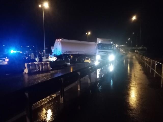 Na trasie generalskiej w Białymstoku doszło do kolejnej kolizji w newralgicznym miejscu. Ciężarówka uderzyła w barierki i zablokowała ulicę. Zdjęcie pochodzi z fanpejdża Kolizyjne Podlasie