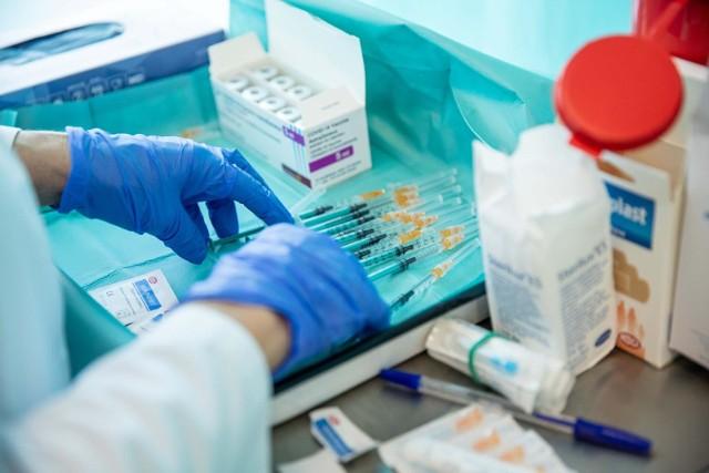 16- i 17-latki na razie nie rejestrują się masowo na szczepienia.