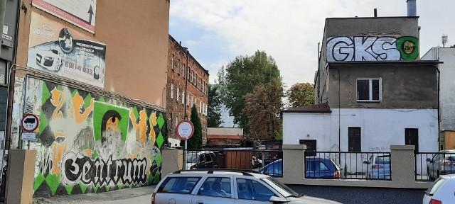 7.10.2020 r. Z lewej zniszczone legalne graffiti kibiców GKS-u Katowice. Powyżej ich nowe dzieło.   Zobacz kolejne zdjęcia. Przesuwaj zdjęcia w prawo - naciśnij strzałkę lub przycisk NASTĘPNE