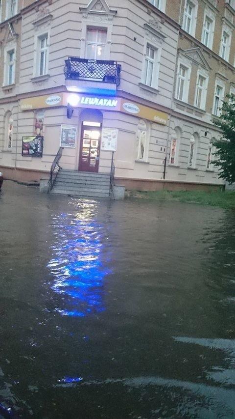 Sklep na rogu Armii Krajowej i Katowickiej w Opolu po dzisiejszej wieczornej ulewie.