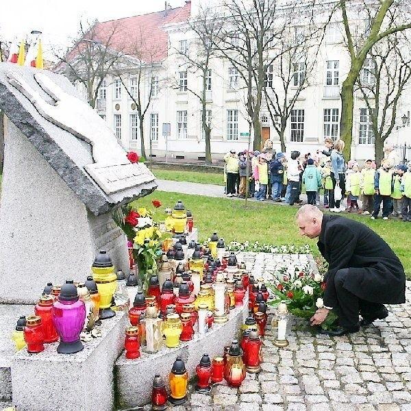Okolicznościowe wiązanki kwiatów złożyli tam  również przedstawiciele władz miasta