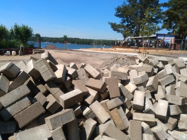 Pracy na kąpielisku jeszcze dużo. Na główną plażę w Pieczyskach wstępu nie ma - tak jest tutaj od maja.