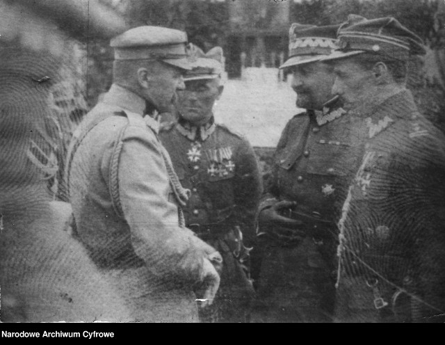 Marszałek Józef Piłsudski w rozmowie z oficerami. Drugi z prawej Tadeusz Rozwadowski.