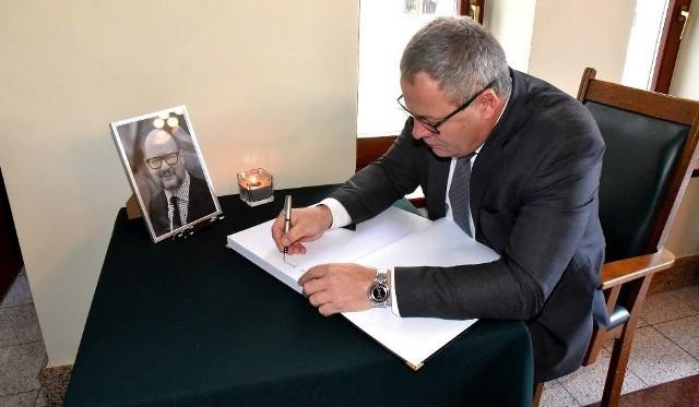 Prezydent Rafał Bruski wpisuje się do księgi kondolencyjnej wystawionej w bydgoskim ratuszu po zamordowaniu Pawła Adamowicza, prezydenta Gdańska