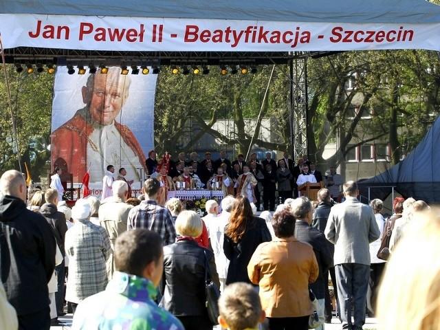 Szczecinianie przybyli na Jasne Błonia, by wspólnie oglądać transmisję z beatyfikacji Jana Pawła II.
