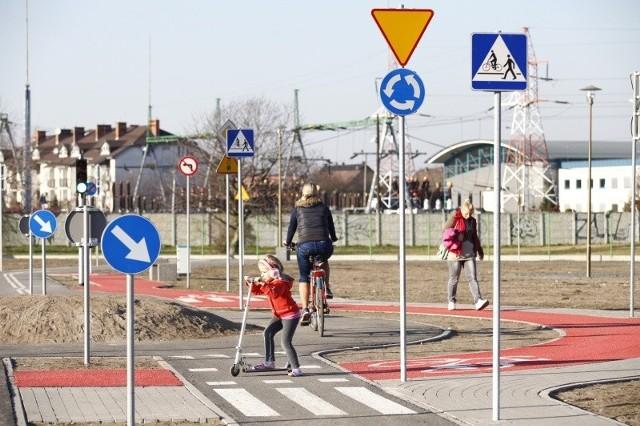 W ciepłe dni miasteczko przeżywa oblężenie. Wkrótce pojawią się tu strażnicy miejscy, aby uczyć rowerzystów prawidłowych zachowań na drodze.