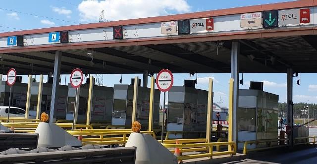 Przejazd autostradą z nowym systemem e-TOLL ma być prostszy od obecnego. Są do tego przeznaczone specjalne skrajne pasy na bramkach autostradowychZobacz kolejne zdjęcia. Przesuwaj zdjęcia w prawo - naciśnij strzałkę lub przycisk NASTĘPNE
