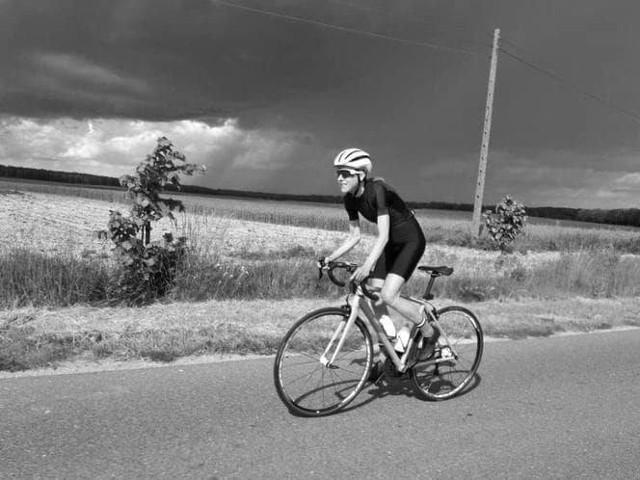 Do wypadku doszło na początku września pod Budzyniem. Kierowca i jego pasażerowie uciekli z miejsca zdarzenia. Biegł uznał później, że to rowerzystka ponosi winę za wypadek. Wobec jego opinii jest jednak sporo niejasności.