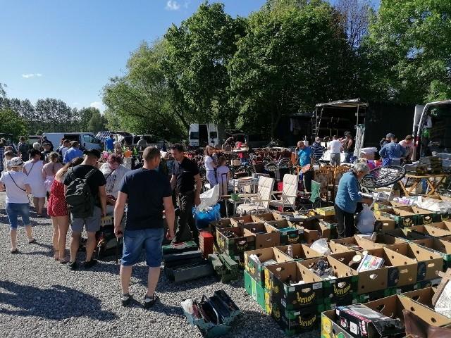 W niedzielne przedpołudnie wielu mieszkańców miasta i regionu zdecydowało się odwiedzić popularną giełdę na terenach podożynkowych w Koszalinie.