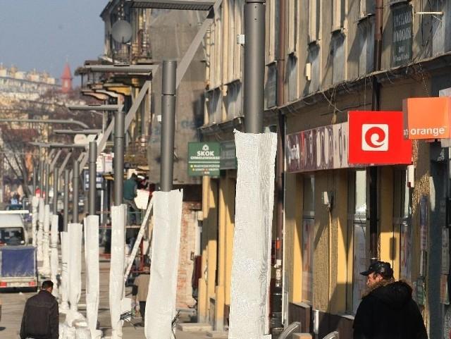 Nowe latarnie są już zamontowane na ulicy Warszawskiej.