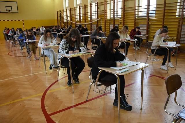 Próbna matura z matematyki w I Liceum Ogólnokształcącym we Włoszczowie.
