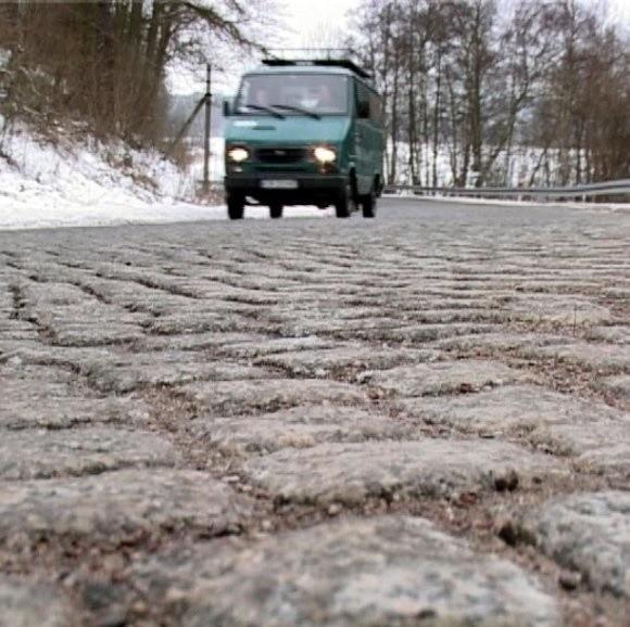Synoptycy ostrzegają, że w czwartek warunki jazdy na drogach mogą się zmieniać niemal z minuty na minutę. Miejscami będzie bardzo ślisko.