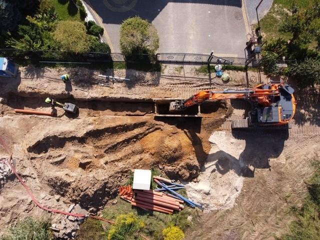Inwestycje Wodociągów na osiedlu Zawady. W środę (8.09.2021) do sieci miejskiej podłączano ul. Lodową, w czwartek (9.09.2021) - ul. Kiemliczów. Te prace wykonujemy w całości spółka wykonała własnym sumptem. W ramach projektu współfinansowanego przez UE buduje tam nową kanalizację sanitarną (na pierwszej ulicy już działa, na drugiej niedługo będzie uruchomiona)
