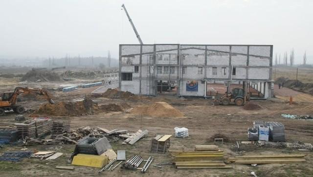 """Koło Kielc powstaje nowe duże centrum handlowe. Są Biedronka i Mrówka. Będzie Tesco?Tu powstaje budynek marketu budowlanego """"Mrówka"""". Obecnie prawie na każdym skrawku terenu po dawnym gospodarstwie ogrodniczym trwają prace budowlane."""