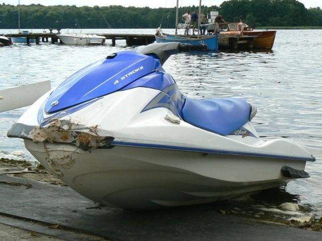 Zniszczenia nie wyglądają poważnie, ale mechanicy orzekli, że remont pływającej maszyny będzie kosztować, co najmniej kilka tysięcy złotych. O ile w ogóle skuter wróci na wodę.