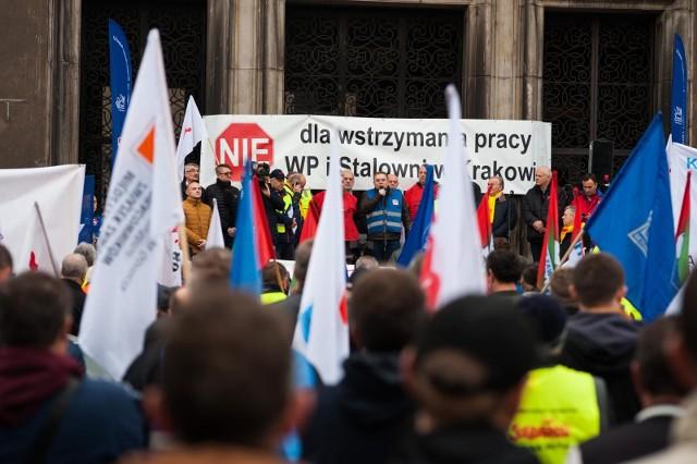 Związkowcy od początku protestują przeciwko wygaszeniu pieca w Krakowie i żądają jego powtórnego uruchomienia.