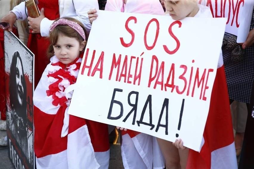 """Białorusini w Polsce. Rodziny uciekają przed reżimem do Warszawy. """"Uzbrojeni przeszukali dom, wybili szyby, aresztowali rodziców"""""""
