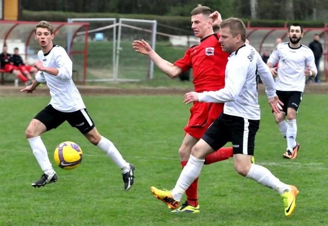 Obrońcy Swornicy Marcel Surowiak (z przodu) i Mateusz Ptak (z lewej) powstrzymali w tej sytuacji Kamila Smolarczyka ze Startu.